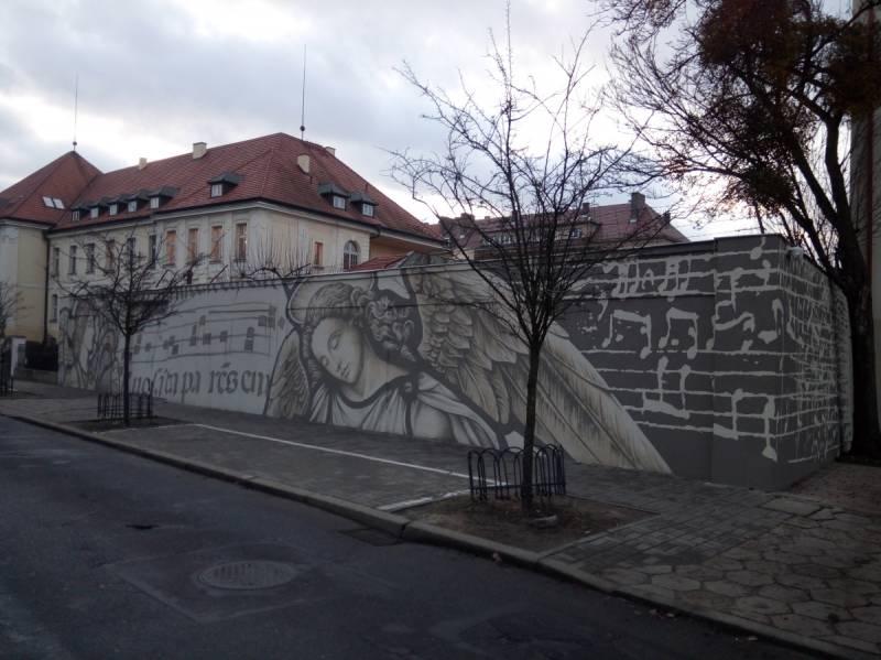 Mural z aniołami (pięciolinie i nuty)
